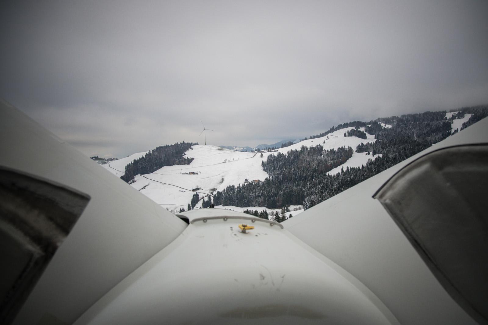 Der vernebelte Panoramablick von einer Windanlage zur nächsten.