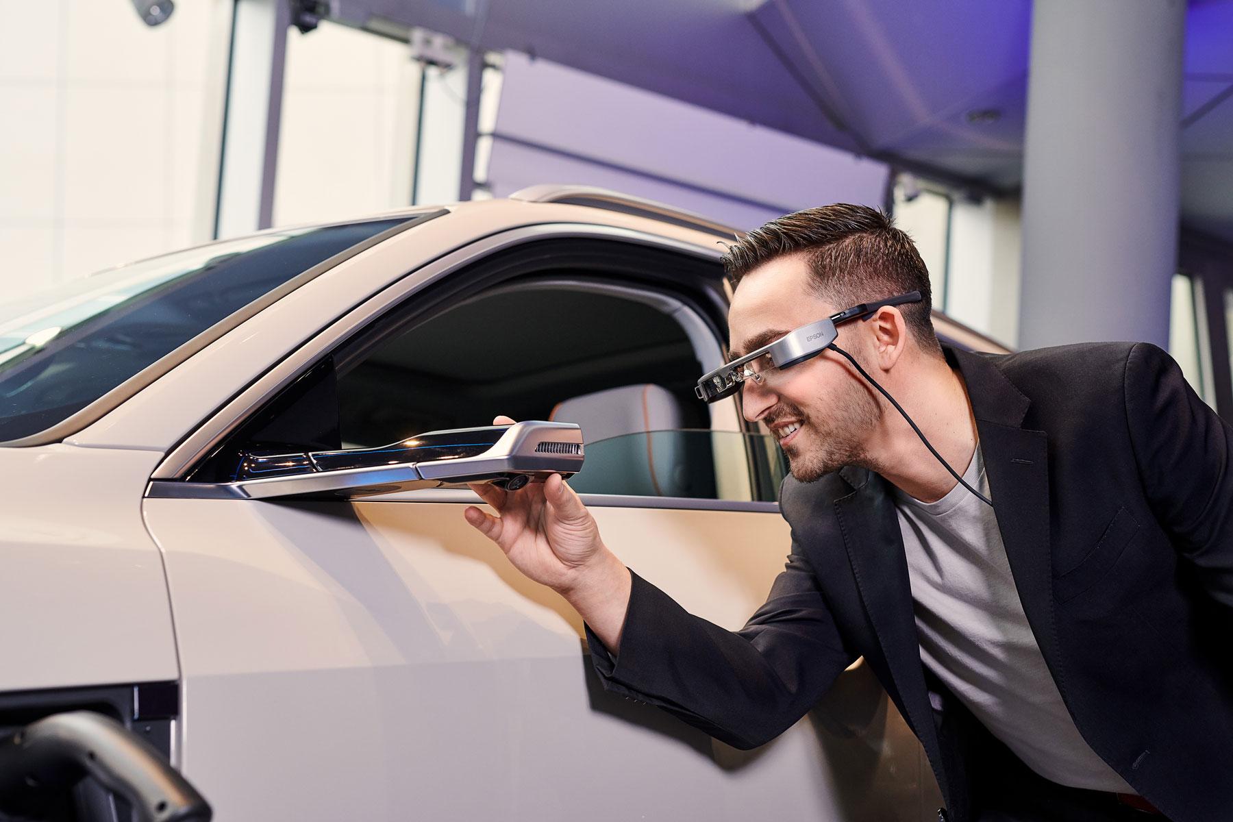 Faccia a faccia con l'Audi e tron: grazie agli occhiali digitali del consulente potrete vedere tutti i dettagli, compreso lo specchietto retrovisore esterno virtuale. (AUDI)