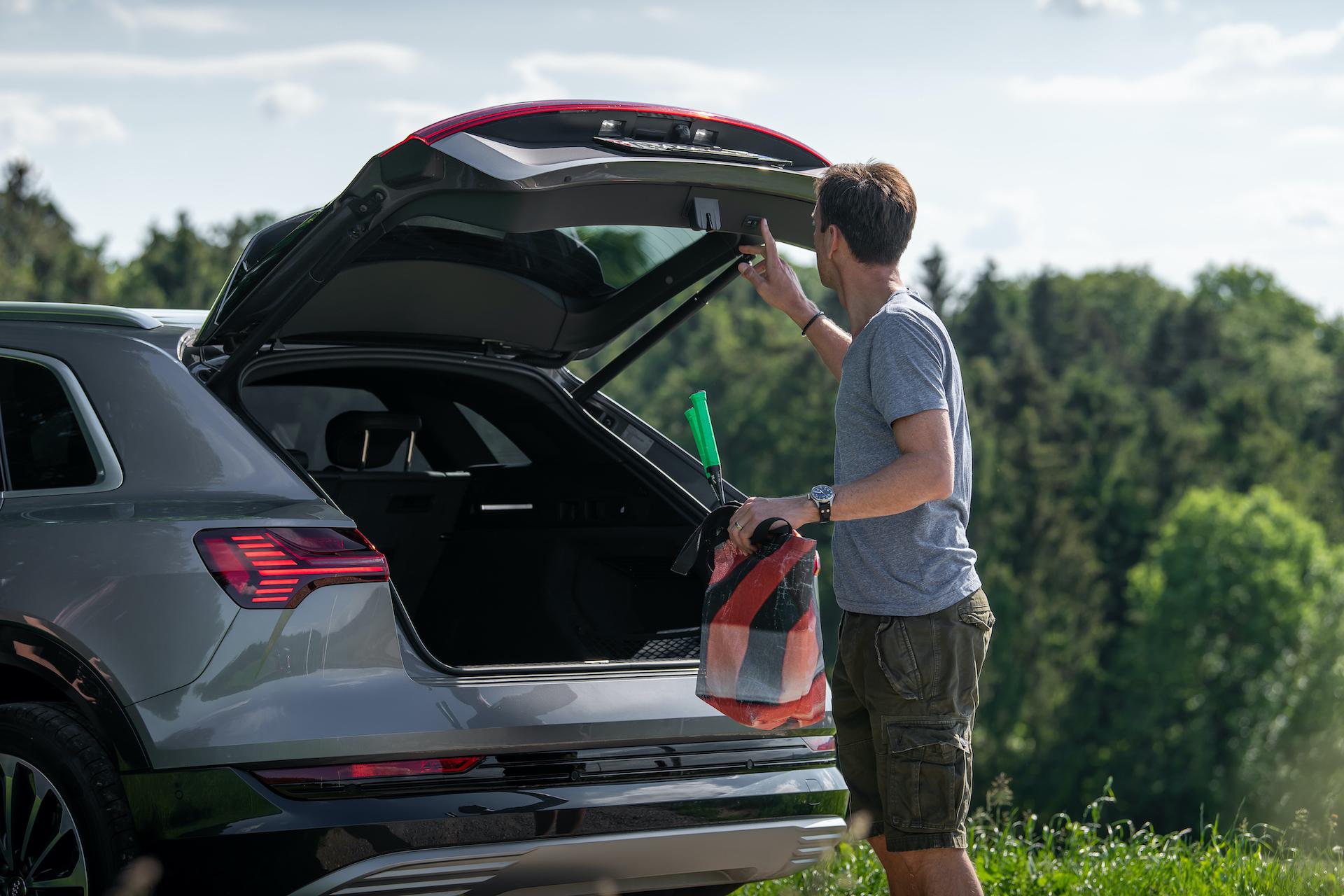 Der Kofferraum des Audi e-tron fasst 660 Liter. Weil vorne im Auto kein Verbrennungsmotor sitzt, befindet sich dort noch ein Extra-Staufach, etwa für die Ladekabel – «oder eine eisgekühlte Torte für das Picknick», sagt Mandioni und strahlt. (Tom Lüthi)