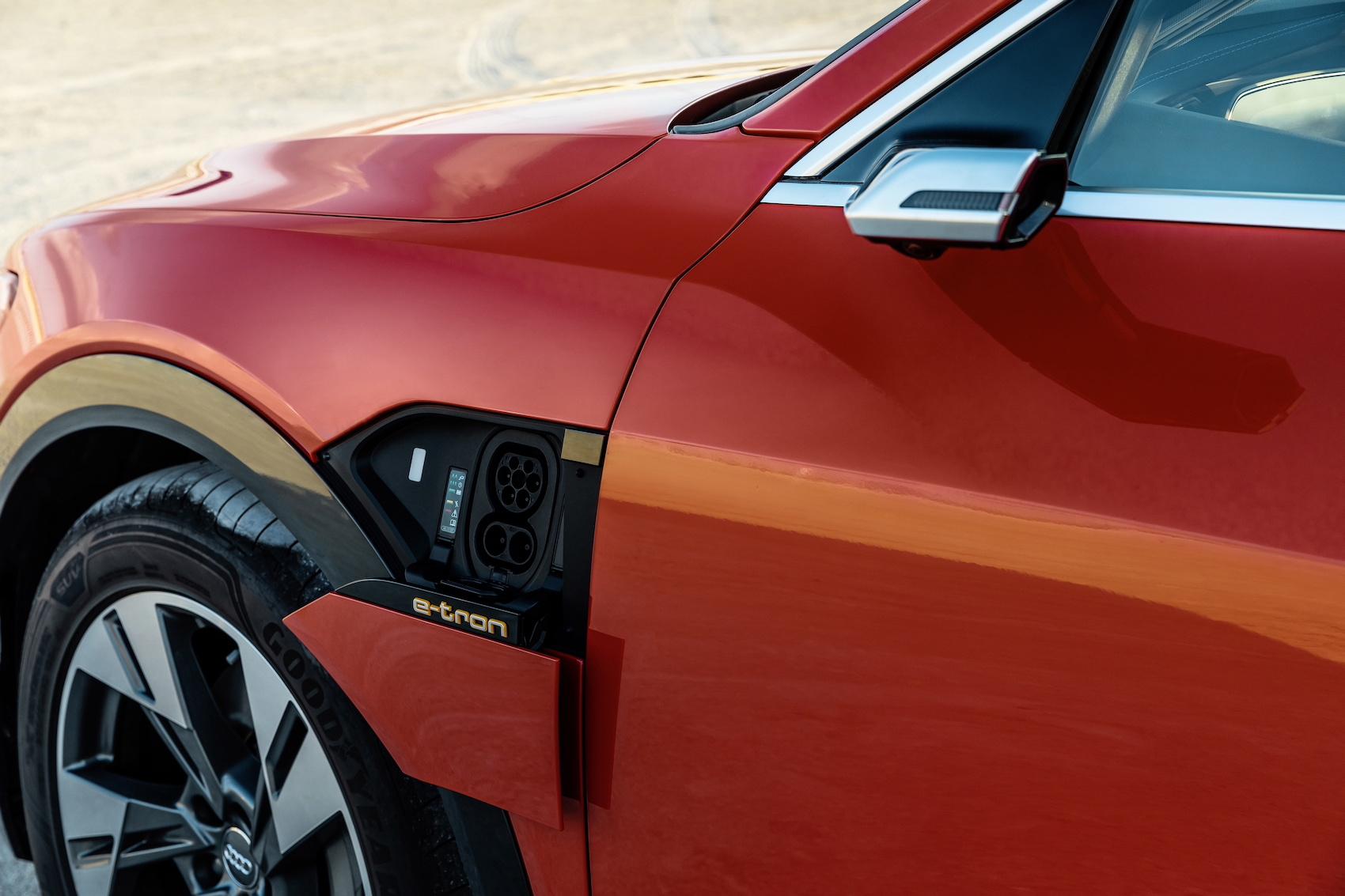 Irgendwann muss jedes Auto ans Netz: Der Strom-Anschluss eines Audi e-tron – optional hat er sogar auf jeder Seite einen. (AUDI)
