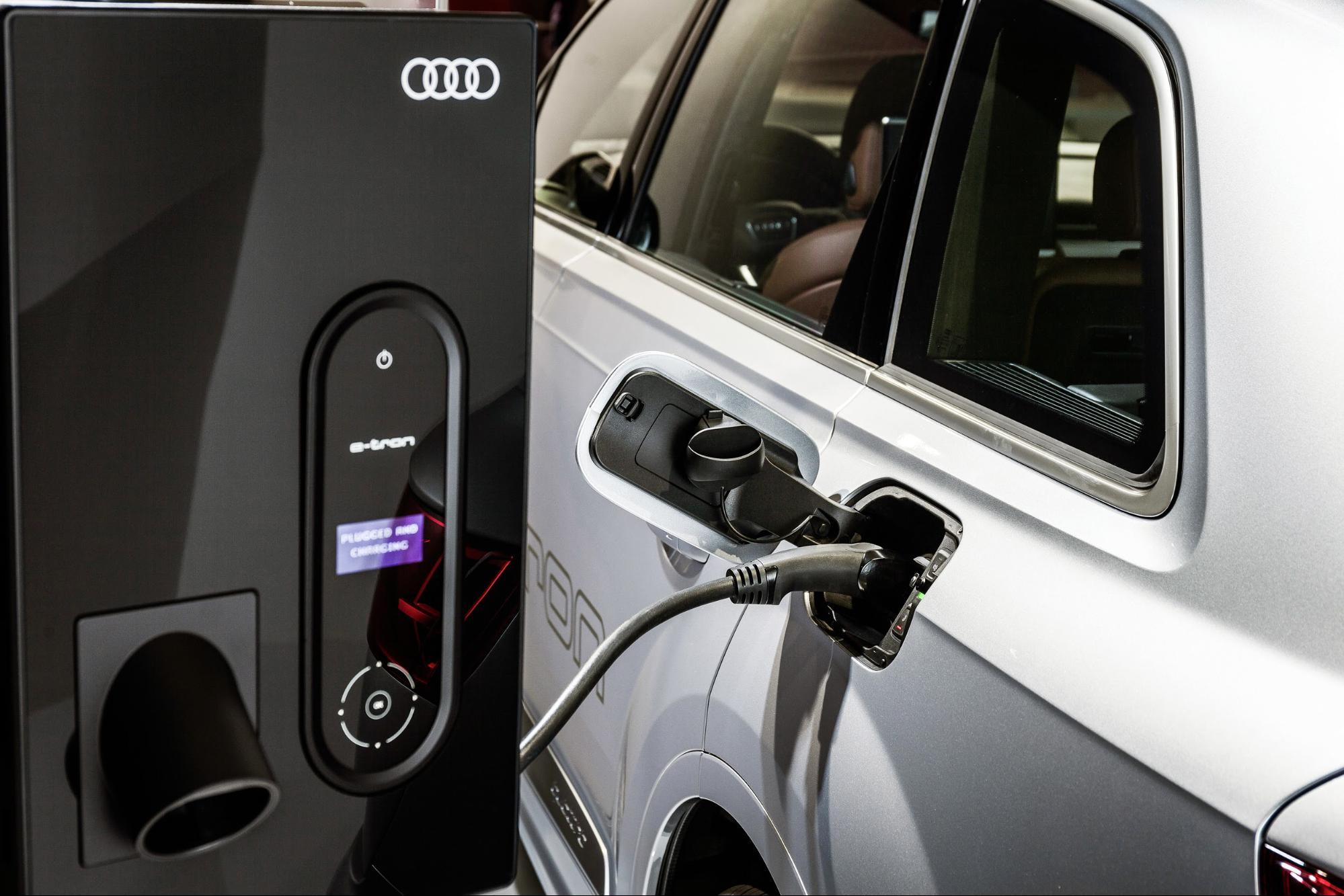 Une Audi Q7 TFSI e 3.0 TDI quattro en cours de recharge. (AUDI)