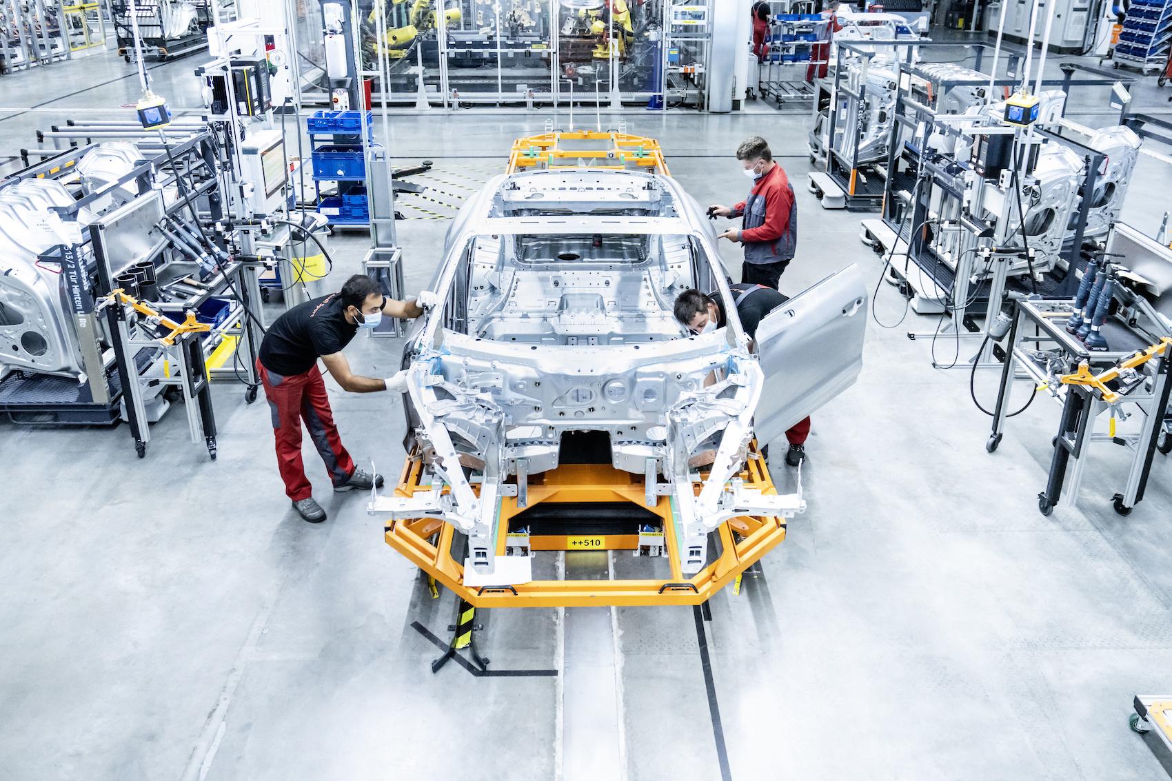 Um einen Audi e-tron GT zu bauen, braucht es Roboter, VR-Brillen – und viel Handarbeit. (Audi)