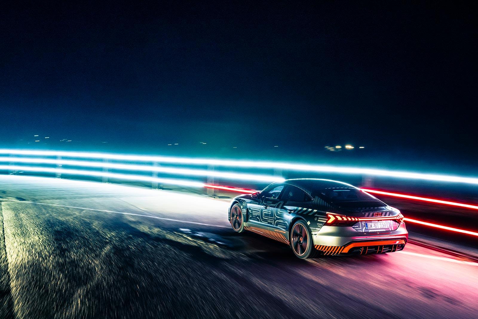 Une autre forme d'autopartage: le pilote de Formule E Lucas di Grassi teste un prototype proche de la série de l'Audi e-tron GT. En 2021, la voiture de sport sera disponible également en Suisse. (AUDI)