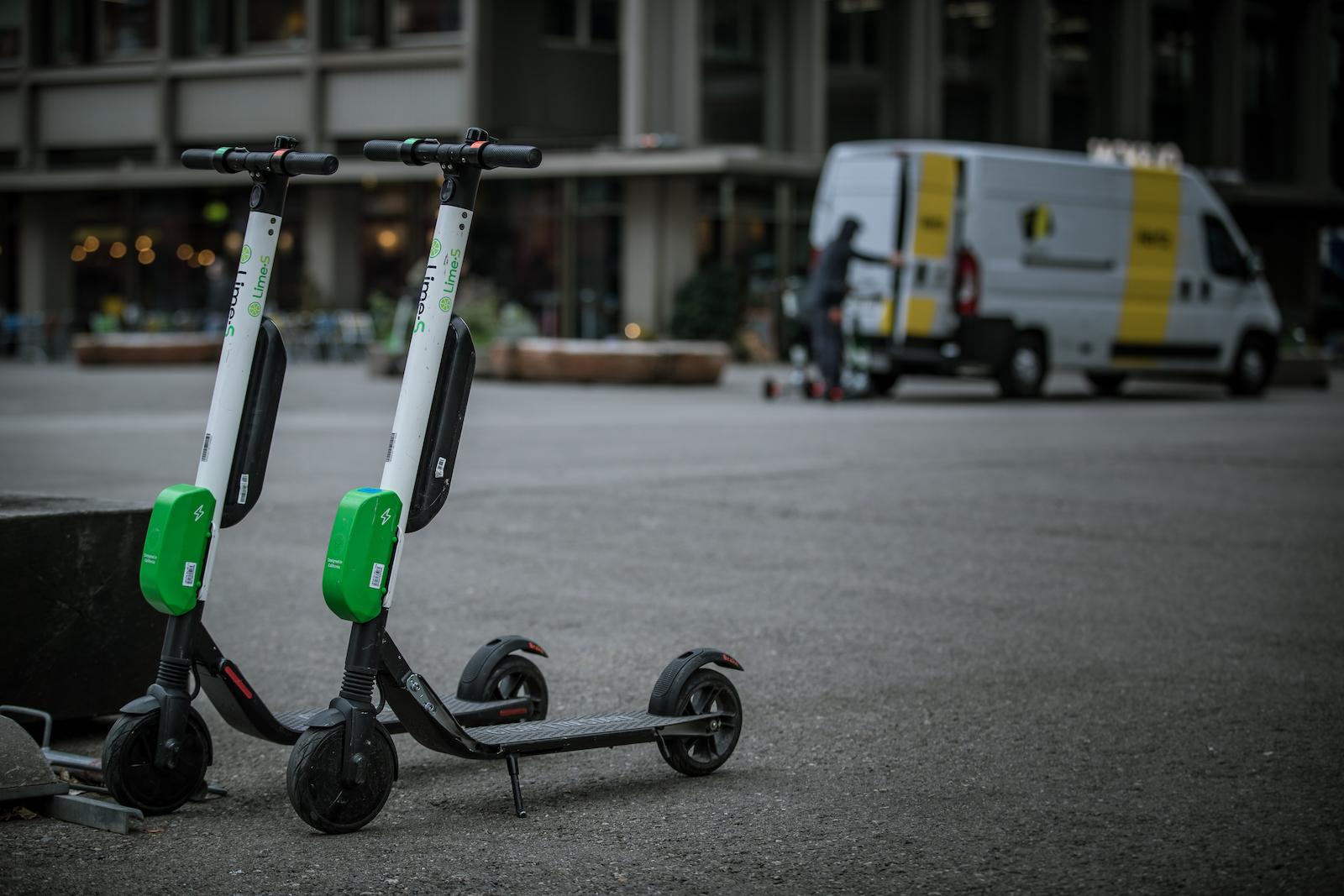 Dans de nombreuses grandes villes suisses, les scooters électriques de fournisseurs comme Lime attendent des locataires de courte durée. (Philippe Rossier)