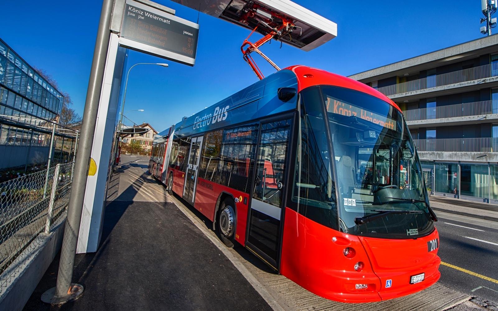 Les bus électriques de Bernmobil sont rechargés à l'arrêt final. (Bernmobil)