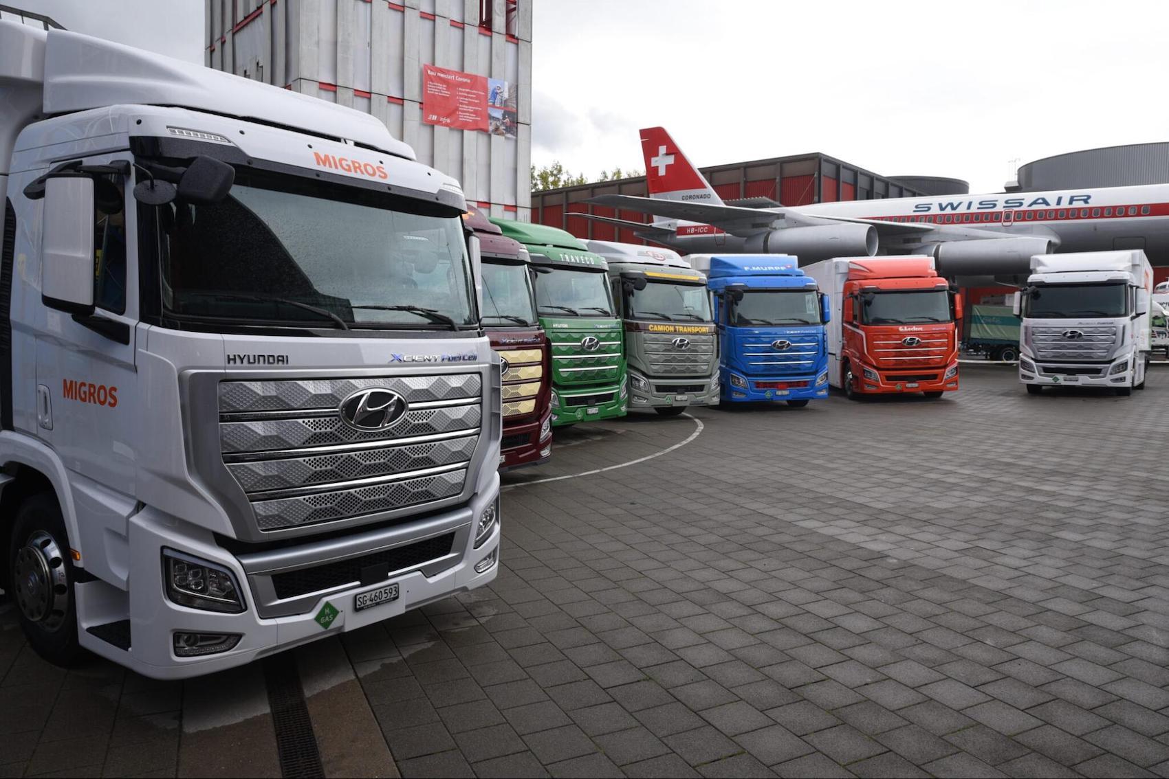 Six transporteurs, dont Migros, Coop et Galliker Logistics, ont accueilli le 7 octobre 2020 à Lucerne les premiers camions à l'hydrogène de Suisse. (Association Mobilité H2 Suisse)